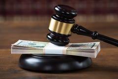 Mallet Being Hit On Dollar-Bundel in Rechtszaal royalty-vrije stock afbeeldingen