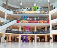 Mallinnenraum mit sehr großer Fußbodennumerierung Stockfotos