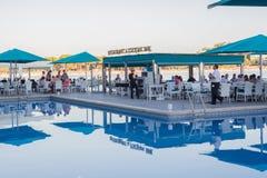 MALLORCA, ESPAÑA - 17 DE JULIO: comensal servido en terraza con la natación Foto de archivo libre de regalías
