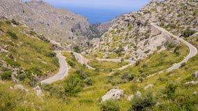 Mallorca, Hiszpania Panoramiczny i turystyczny drogowy prowadzić port Sa Calobra Wijąca i wąska droga fotografia stock