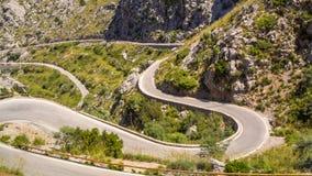 Mallorca, Hiszpania Panoramiczny i turystyczny drogowy prowadzić port Sa Calobra Wijąca i wąska droga obrazy stock