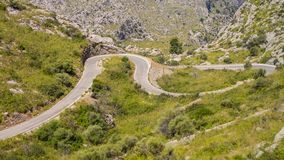 Mallorca, Hiszpania Panoramiczny i turystyczny drogowy prowadzić port Sa Calobra Wijąca i wąska droga obraz royalty free