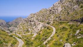 Mallorca, Hiszpania Panoramiczny i turystyczny drogowy prowadzić port Sa Calobra Wijąca i wąska droga zdjęcie stock
