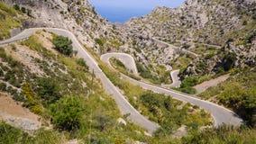 Mallorca, Hiszpania Panoramiczny i turystyczny drogowy prowadzić port Sa Calobra Wijąca i wąska droga zdjęcia stock