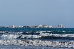 Mallorca-Küste mit großen Meereswellen lizenzfreie stockbilder