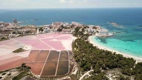 Mallorca spain Paisagem aérea do zangão surpreendente da vila, dos planos cor-de-rosa de sal e da praia encantador Estanys vídeos de arquivo