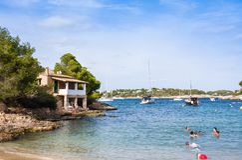 Mallorca Spanien - Augusti 18, 2014: Turister i Calo de Sa Torre, Mallorca, Spanien Arkivfoto