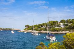 Mallorca Spanien - Augusti 18, 2014: Yachter i Calo de Sa Torre, Mallorca, Spanien Royaltyfri Foto