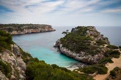 Mallorca Spanien; Mars 17, 2018: Sikter av lilla viken av hednollan royaltyfria foton