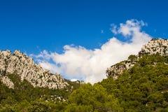 Mallorcanhemel met bergen Stock Foto's