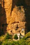 Mallos de Riglos Church在韦斯卡省,阿拉贡 库存图片
