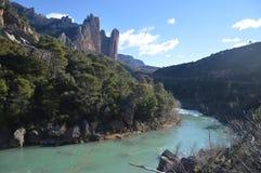 Mallos De Riglos With der galizische Fluss mit seinen Glazial- Wasser an seinen Füßen in Riglos Landschaften, Natur, Geologie 28. lizenzfreie stockfotografie