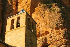 Mallos de Riglos Kyrktaga i Huesca, Aragon, Spanien Arkivbild