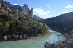 Mallos De Riglos With la rivière galicienne avec de l'eau ses glaciaires à ses pieds dans Riglos Paysages, nature, géologie 28 dé photographie stock libre de droits