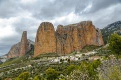 Mallos De Riglos sind die malerischen Felsen in Huesca Spanien lizenzfreie stockfotos