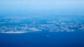 Malmö, Zweden van een vliegtuig wordt gezien dat royalty-vrije stock afbeelding