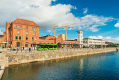 Malmö, Suecia: Término central del tren y de autobuses en la ciudad de Malmö fotos de archivo