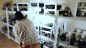 Malmletaren arbetar som en hacka på den bryta lantgården lager videofilmer