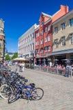 MALMO, SUÉCIA - 27 DE AGOSTO DE 2016: Construções velhas no quadrado de Lilla Torg em Malmo, sueco imagens de stock royalty free