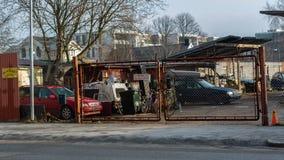 Malmo Sverige, december 19, 2018: dumpa de gamla bilarna i staden royaltyfri foto
