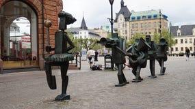 MALMO SVERIGE - MAJ 31, 2017: Optimistorkestern optimistorkesteren är skulpturer i brons på den Sodergatan gatan som förbi skapas arkivfoton