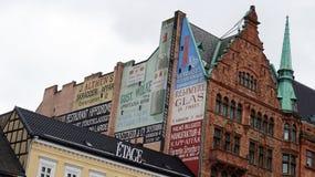 MALMO SZWECJA, MAJ, - 31, 2017: Pałac które przegapiają kwadratowego Stortorget z niektóre rocznik reklamami, Malmo, Szwecja Zdjęcie Royalty Free