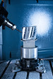 MalningCNC som bearbetar med maskin mitten, producerar turbinbladet royaltyfri foto