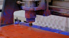 Malningmaskin under arbete med plast- material stock video