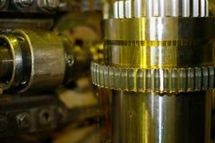 Malningskäraren är metall Branschen av metalworking, genom att klippa, kugghjul-klipp, tillverkning av delar och kugghjul med olj Arkivbild