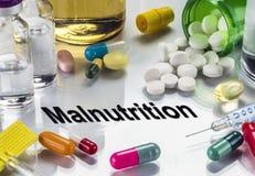 Malnutrition, médecines comme concept de traitement ordinaire image libre de droits