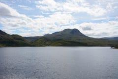 Malos a'Ghlas Leothaid del Na Scalaig y de Meall del lago Foto de archivo libre de regalías