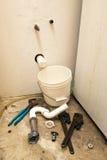 Malos tubos, escape del agua, problema casero de Plumbling del arreglo Foto de archivo libre de regalías