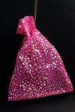 Malote cor-de-rosa no preto Fotografia de Stock
