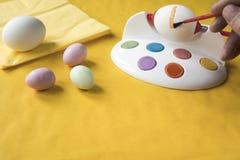 Malować Wielkanocnych jajka z czerwieni muśnięciem zdjęcie stock