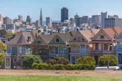 Malować damy przed San Fransisco linią horyzontu obraz royalty free