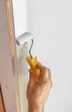 Malować drewnianą drzwiową ramę Fotografia Royalty Free