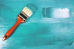 Malować drewnianego szelfowego używa paintbrush Zdjęcie Stock