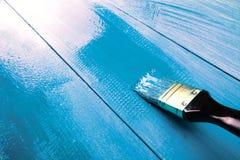 Malować drewnianego szelfowego używa paintbrush Zdjęcia Stock