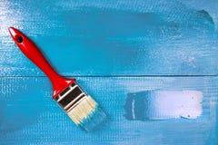 Malować drewnianego szelfowego używa paintbrush Fotografia Stock