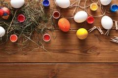 Malować kolorowego Easter jajek tło, odgórny widok na drewnie Fotografia Royalty Free