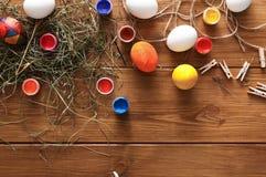 Malować kolorowego Easter jajek tło, odgórny widok na drewnie Zdjęcia Royalty Free