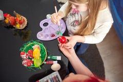 Malować kolorowych jajka, Szczęśliwa wielkanoc Obraz Royalty Free