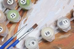 Malować na kanwie liczbami Liczący zbiorniki z farbami i muśnięciami kłamają na brezentowym tle obraz royalty free