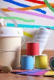 Malować narzędzia dla domu na parkietowej podłodze z malującą ścianą obraz royalty free