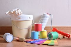 Malować narzędzia dla domu na parkietowym z biel ściany tłem zdjęcie stock