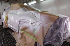 Malować samochód z laka narzutem po tym jak szkoda frontowa część ciała będzie biała w pudełkowatej usłudze fotografia stock