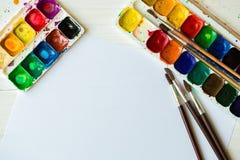 Malować set: muśnięcia, farby, akwarela, akrylowa farba na wh Fotografia Stock