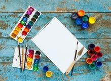 Malować set: muśnięcia, farby, kredki, akwarela, biały papier Obraz Stock