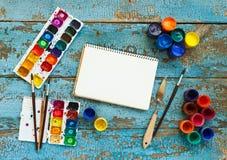 Malować set: muśnięcia, farby, kredki, akwarela, biały papier Zdjęcia Stock