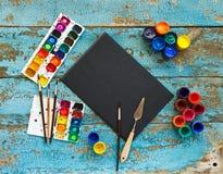 Malować set: muśnięcia, farby, kredki, akwarela, czerń papier Zdjęcia Stock
